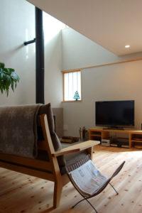 松戸の家 吹き抜けから差し込む光が、左官仕上げの壁にきれいに差し込みます