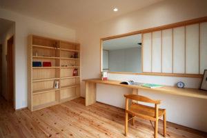 松戸の家 2階書斎 カウンターと本棚は造り付け