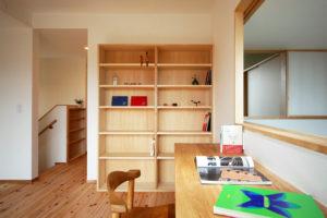 松戸の家 2階書斎。カウンター前の障子を開けると吹き抜けを通して1階リビングとつながります