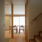 松戸の家 玄関からダイニングへ向かう廊下