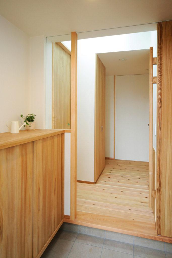 松戸の家 玄関とホールとの間には引き戸があり、冬場に冷気が室内に入ることを防ぎます