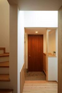 松戸の家 トップライトがあり明るい玄関