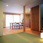 松戸の家 天井いっぱいの引き戸を開放するとダイニング、和室、廊下がつながります