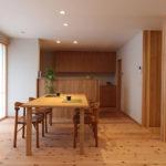 松戸の家 ダイニングと対面式のキッチン。奥の引き戸は玄関収納へつながります