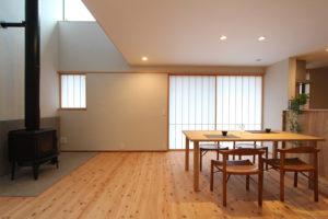 松戸の家 吹き抜けのあるリビングとダイニング