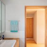 洗面所:洗面化粧台の奥には、小物などを置くことができるステンレス巻の棚があります。