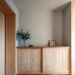 玄関:下駄箱は腰までの高さにし、上部は飾り棚に