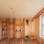 多目的室:収納する物にあわせた寸法で造り付け棚を製作