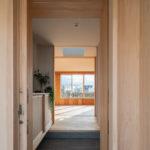 玄関は引き戸。網戸があるので夏は戸を開放して、風通しよくすることができます。