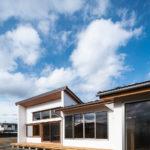 外観:平屋で全体の高さを低く抑えながら、リビングのみ開放感をもたせるため片流れ屋根の形状に